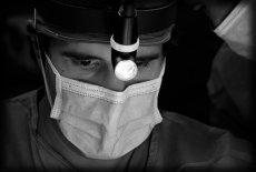 chirurg w pracy