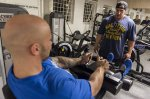 mężczyźni cwiczący na siłowni