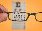 tablica okulistyczna widziana przez okulary